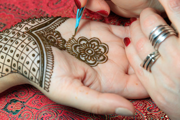 North America, USA, Washington. Indian Mehendi celebration.  Henna application and rituals. Hand.