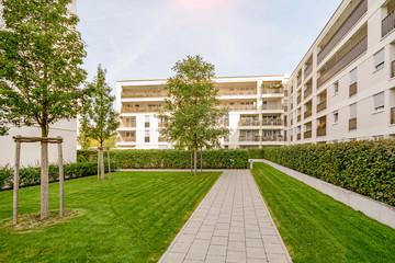 Neubau Immobilien, moderne Wohnanlage mit neuen Wohnhaus in der Stadt