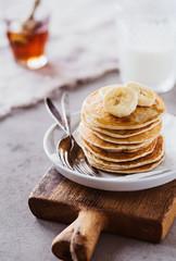 Pancakes mit Bananen und Ahornsirup zum Frühstück 02