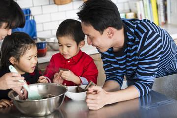 家族四人でチョコレートケーキ作り。お菓子大好き一家。