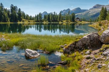 Lago di Federa wunderschöner Bergsee in der Nähe von Cortina d'Ampezzo_003