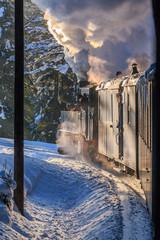 Dampflokomotive in schöner Winterlandschaft. Historischer Zug_004