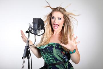 Sängerin hat Angst und schreit vor Panik