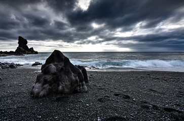 Amazing rock formations made by erstwhile flowing lava on a black sand beach in Iceland Fototapete