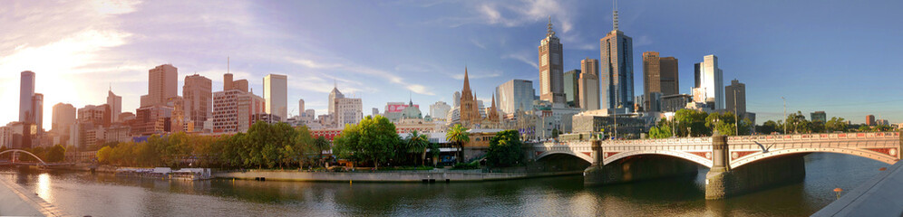 Foto auf AluDibond Stadtgebaude Melbourne, Australia - March 21, 2018: Melbourne downtown panorama during sunset