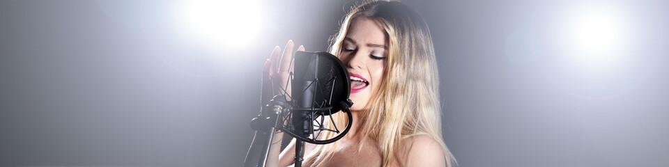 Sängerin singt auf Konzert im Bannerformat