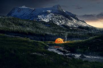 Zelt in abendlicher Berglandschaft