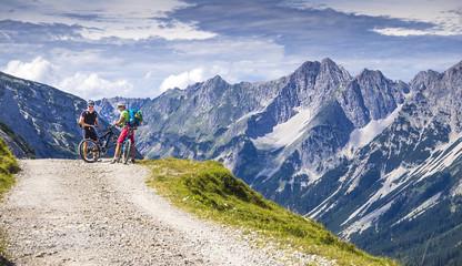 Mountainbiker auf der Tour in den Alpen