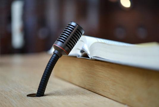 Mikrofon in ein Tisch oder Pult eingearbeitet mit Buch – Nahaufnahme mit selektiver Schärfe