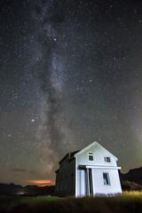 Fantastische Milchstraßen Galaxie und Sterne über altem Haus in Bakkagerði-Stadt in Island.