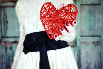 Foto de una chica sujetando un bonito corazón rojo
