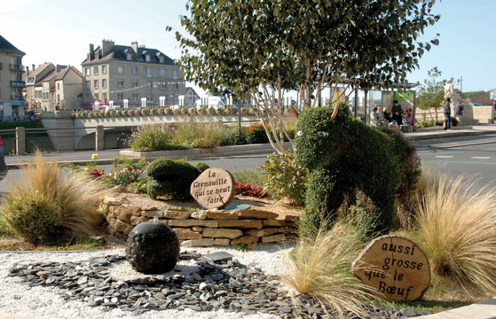 """château-Thierry, ville du département de l'Aisne, rond-point animé """"Fable Jean de La Fontaine""""France"""