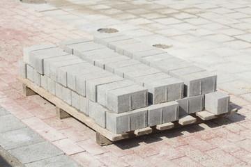 Weisse Pflasterstersteine aus Beton