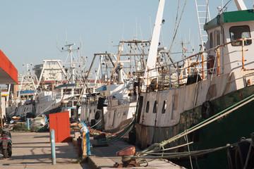 barche a motore per la pesca attraccate al porto