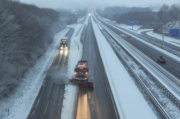 Winterdienst bei Neuschnee auf der Autobahn A8 bei Wendlingen