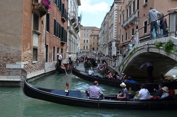 Wenecja, korek na kanale, zakorkowane gondole