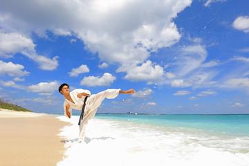 南国の美しいビーチで鍛える男性
