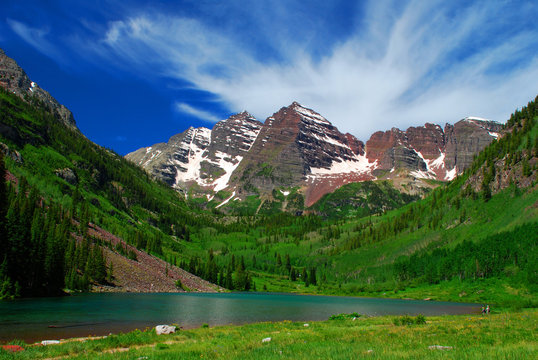 Maroon Bells with tiny tourists near Aspen Colorado