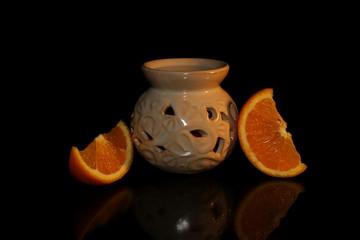 красивая аромалампа с дольками апельсина и отражением