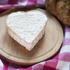 fromage en cœur sur plateau en bois