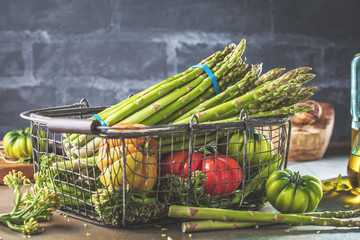 Spargel und verschiedene Gemüse