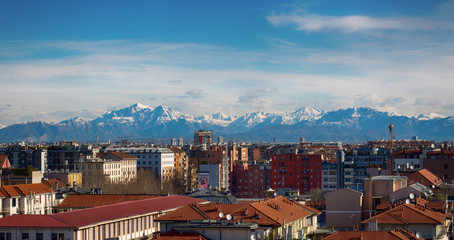 Paesaggio Milano con le montagne sullo sfondo