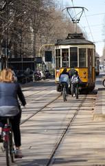 Biciclette e tram a Milano