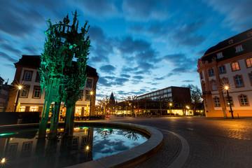 Silhouette des Doms hinter dem beleuchteten Schillerplatz und Fastnachtsbrunnen in Mainz