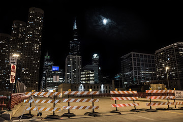Fotomurales - Closed Chicago city street bridge night scene with the Sears Willis Tower skyscraper and the moon