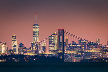 Fototapete - Manhattan skyline at dawn rises behind Verazzano Bridge