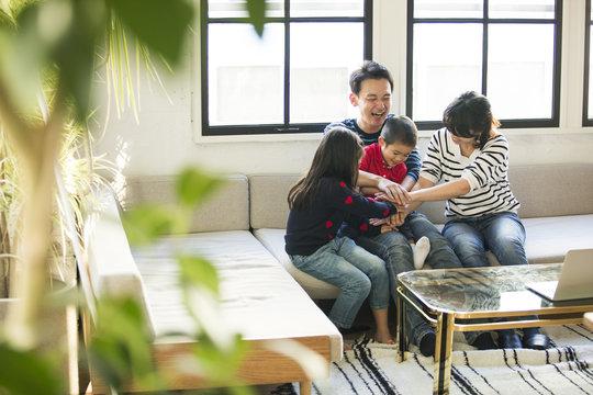 四人家族が仲良く遊んでいる。