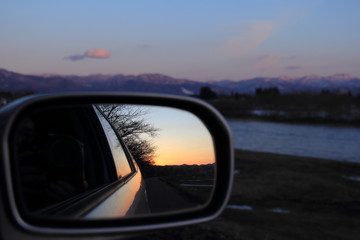 車のサイドミラー 夕日 カメラ 風景 青空