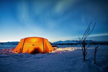 Poster Arctic Zelt im Winter in der Blauen Stunde