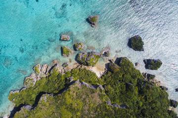 岩場と木々。美しい海。鳥瞰図。