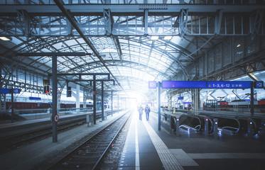 Bahnhof am Abend, Sonnenstrahlen Abreise/Ankunft