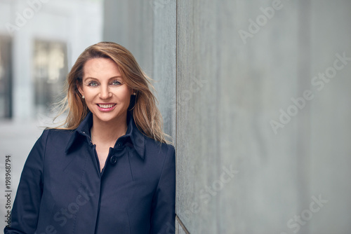 Bewerbungsfoto Einer Erfolgreichen Blonden Frau Stockfotos Und