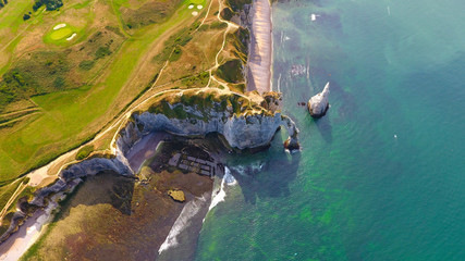 Photo aérienne des falaises de calcaire blanches à  Etretat, France