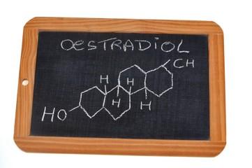 Formule chimique de l'oestradiol écrite sur une ardoise