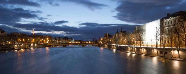 Paris - quais du Louvres