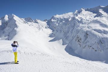 skifahrer guckt in die ferne  ein gletscher