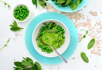 Green peas hummus with fresh mint leaves