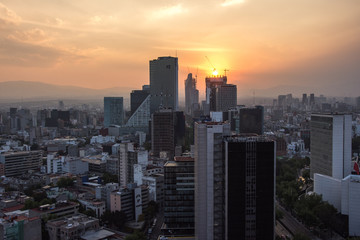 Fototapete - Sunset in Mexico City with a view of traffic and buildings at Paseo de la Reforma