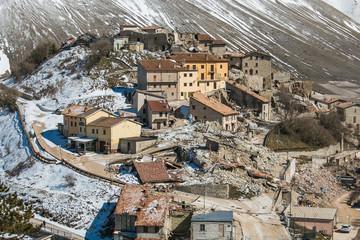 Terribile veduta aerea del famoso borgo di Castelluccio di Norcia devastato dal forte terremoto del 30 Ottobre 2016