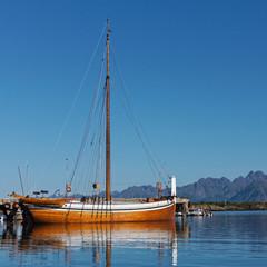Barque à voile dans le fiord