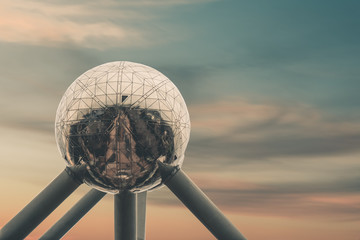 Spoed Fotobehang Brussel Atomium in brussels in front of beautiful sunset sky
