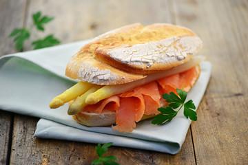 Sandwich mit Spargel und Lachs