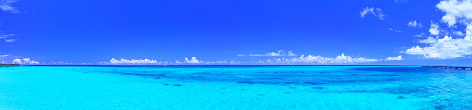 真夏の宮古島・下地空港の誘導灯のある海(パノラマ)