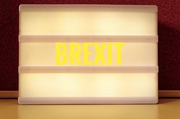 Leuchttafel mit der Aufschrift auf deutsch Brexit, zur Symbolisierung des Austritts von Großbritannien aus der EU