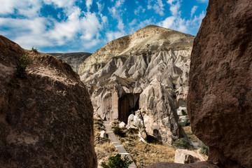 Eine schöne Aussicht zwischen zwei Bergen die den Weg zu einem Haus in Cappadocia Zelda  Valleyaus zeigen