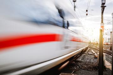 Zug von der Seite in Bewegung